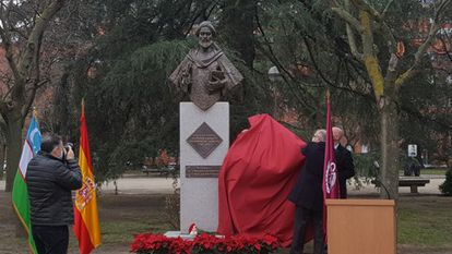 The Ambassador of Uzbekistan and the Rector of the Complutense University discover the bust of Al Juarismi in December 2020.