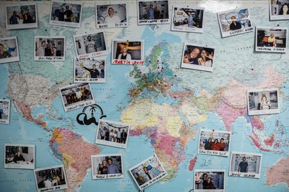 Map in a 'coliving' of Repeople in Las Palmas de Gran Canaria with photos of its inhabitants posted according to their origin.