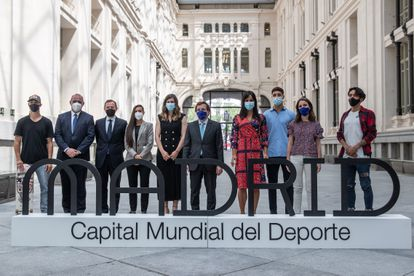 The mayor of Madrid, José Luis Martínez-Almeida (5d), and the vice mayor, Begoña Villacís (4d), pose for a family photo during the presentation of the ambassadors of Madrid's candidacy for World Capital of Sports 2022, this Thursday , at the Palacio de Cibeles in Madrid.