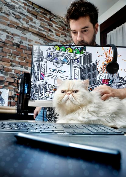 On the computer screen you can see the first work that Arrés uploaded to MakersPlace, The Tiñín Cat Kingdom, dedicated to his cat, Tiñín, who is posing in front of him.